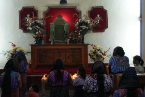 Orando salmos católicos en maya